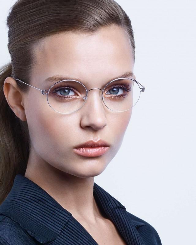 Weibliches Fotomodell mit Brille von Lindberg