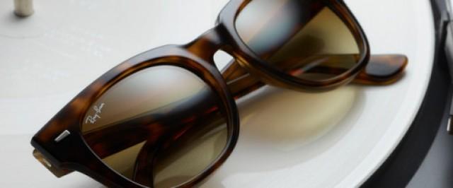 Sonnenbrille von Ray-Ban auf einem Plattenspieler
