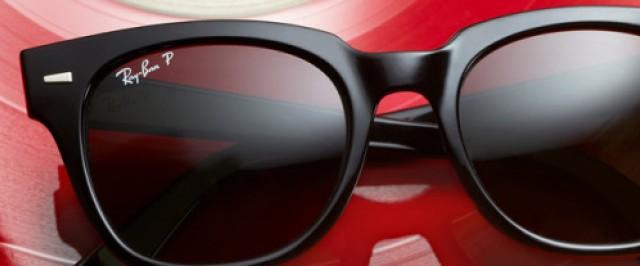 Sonnenbrille von Ray-Ban auf einer Schallplatte